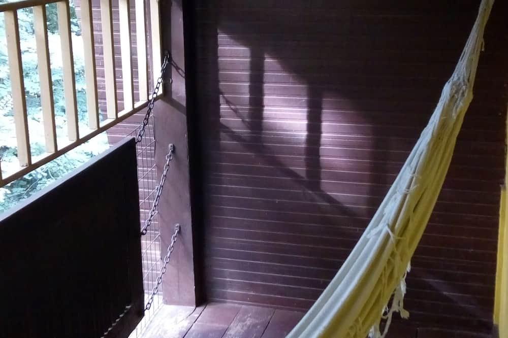 Standard - kolmen hengen huone, 3 yhden hengen sänkyä, Näköala puutarhaan - Parveke