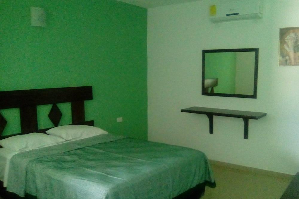 Economy Triple Room, Private Bathroom (1 Double and 1 Single Bed NO TV) - Bilik Tamu