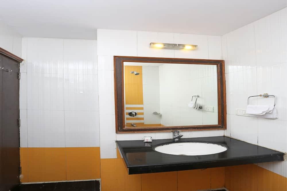 Doppel- oder Zweibettzimmer - Waschbecken im Bad
