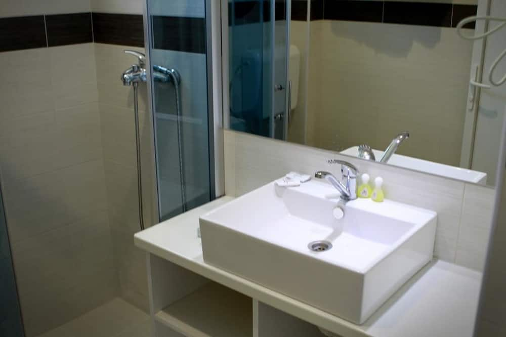 ห้องทริปเปิล, เตียงควีนไซส์ 1 เตียง และโซฟาเบด, วิวทะเลสาบ - ห้องน้ำ