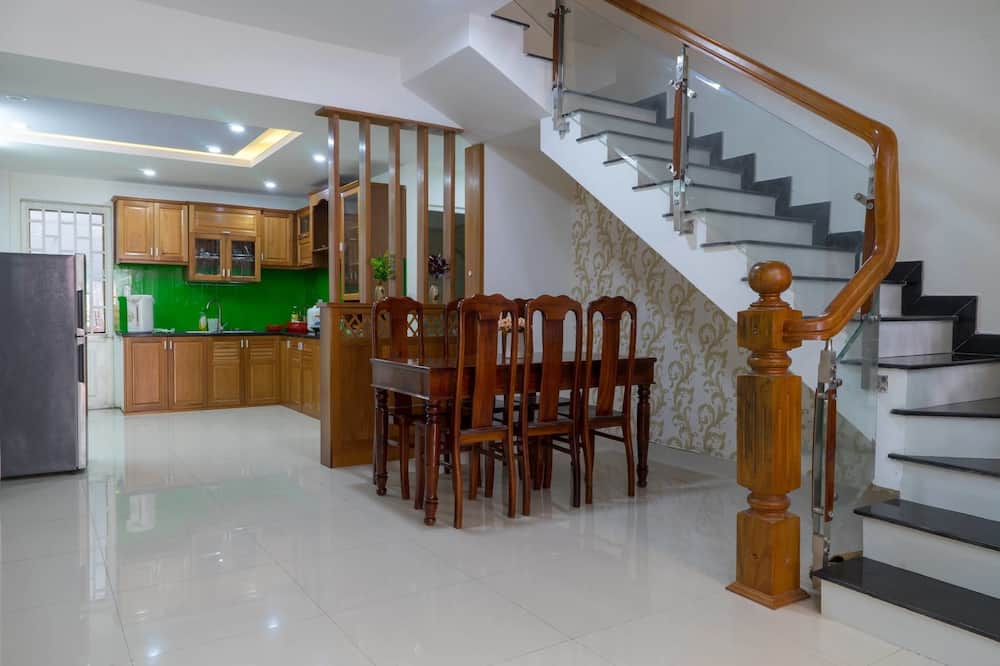 Basic House, 4 Bedrooms - Living Area