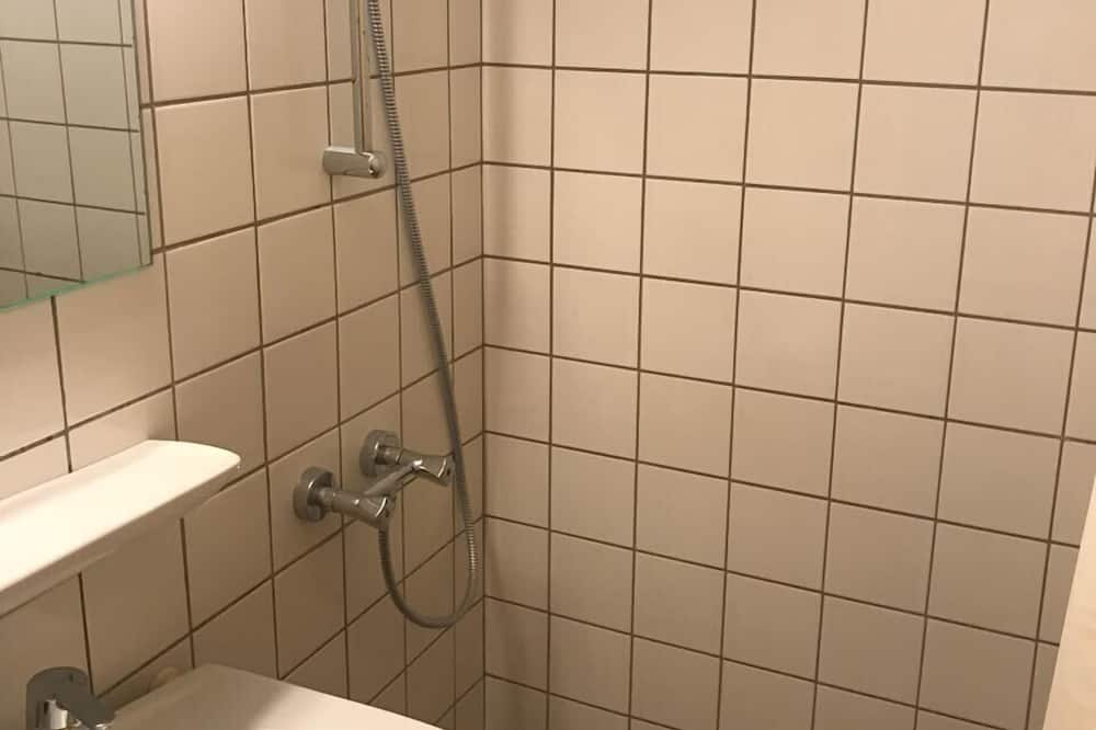 Perushuone kolmelle - Kylpyhuone