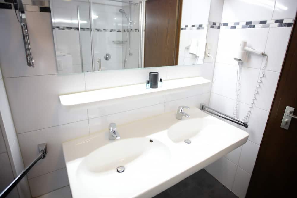 Habitación triple Confort, baño privado (Gartenblick) - Baño