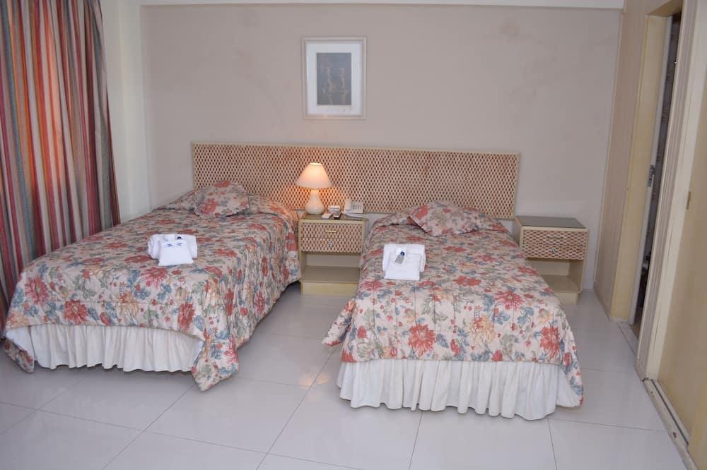 חדר סטנדרט לשלושה, 3 מיטות יחיד, חדר רחצה פרטי, נוף לחצר - חדר רחצה