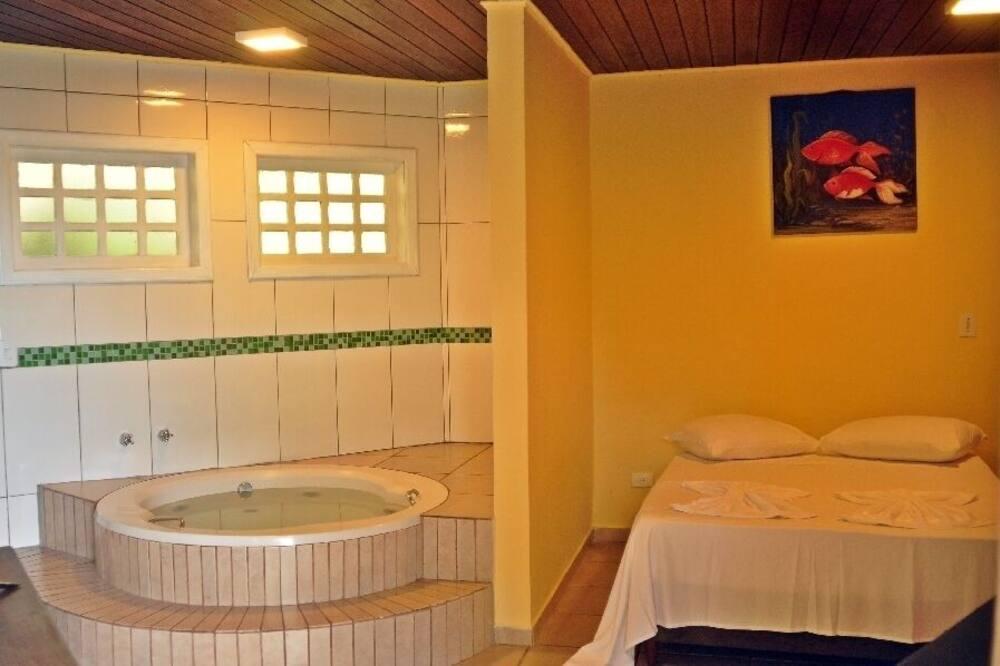 Medusmēneša kalnu mītne, skats uz līci - Privātā spa vanna