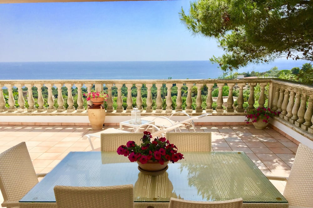Salento. Charming Villa With Terrace Overlooking the sea and Surrounded by Nature