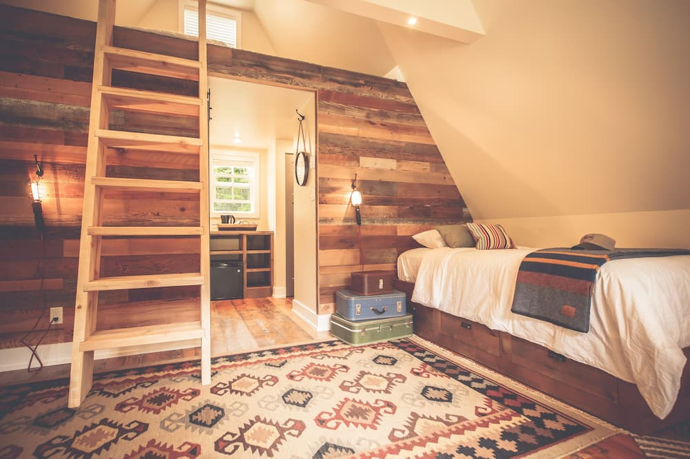 Deluxe Cabin, Multiple Beds, Shared Bathroom (15) - Room