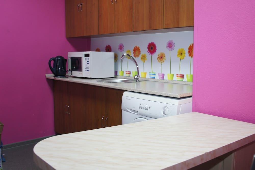 Chambre Double Confort, salle de bains commune, rez-de-chaussée - Cuisine partagée
