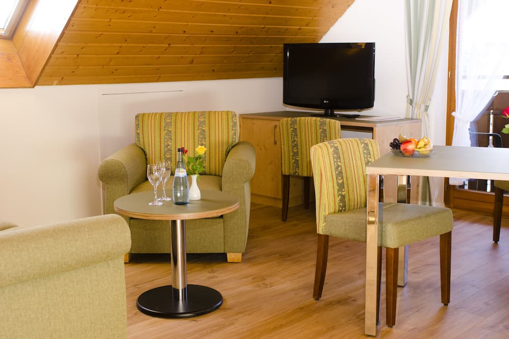 Classic Apartment, 1 Bedroom, Non Smoking, Garden View - Living Area