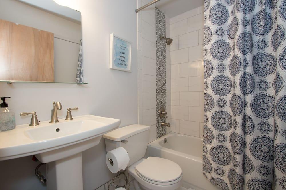 Spacious Townhouse - Bathroom
