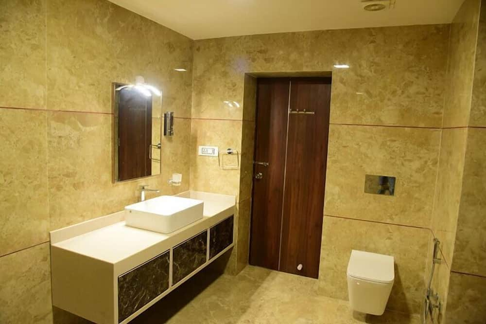 Deluxe Double Room, 1 Double Bed, Accessible, Smoking - Bathroom