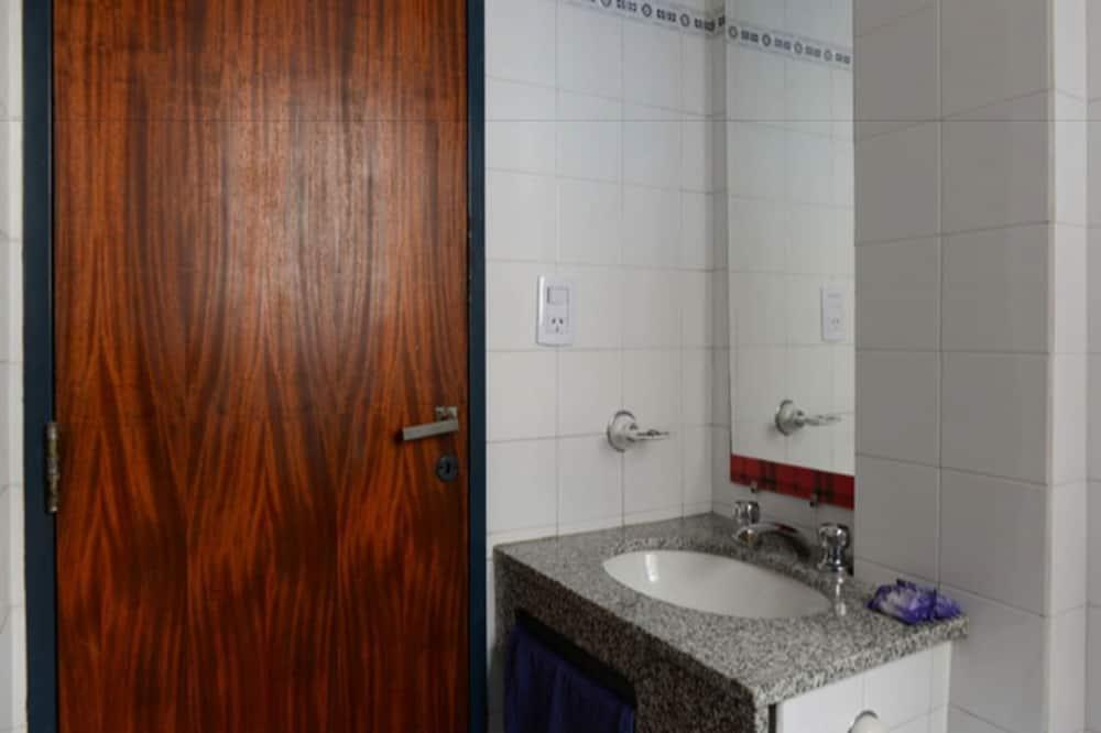 Standardværelse - 1 soveværelse - privat badeværelse (5 PAX) - Badeværelse