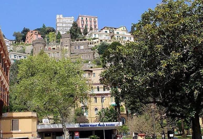 Amedeo Square, Napoli, Esterni