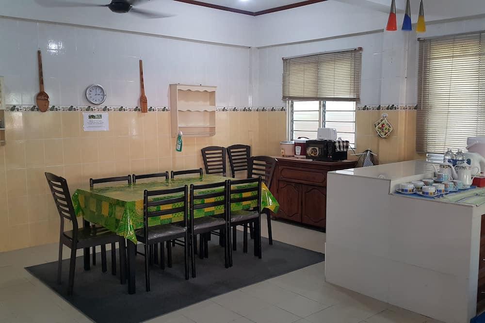 Basic Room, Berbilang Katil, Garden View - Tempat Makan dalam Bilik