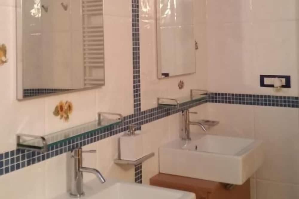 Családi szoba, privát fürdőszoba (external) - Fürdőszoba