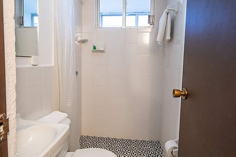 חדר אקונומי יחיד, מיטה זוגית, מרפסת - חדר רחצה