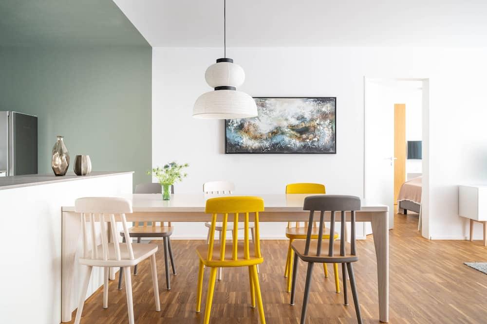شقة ديلوكس - غرفتا نوم - منظر للحديقة - تناول الطعام داخل الغرفة