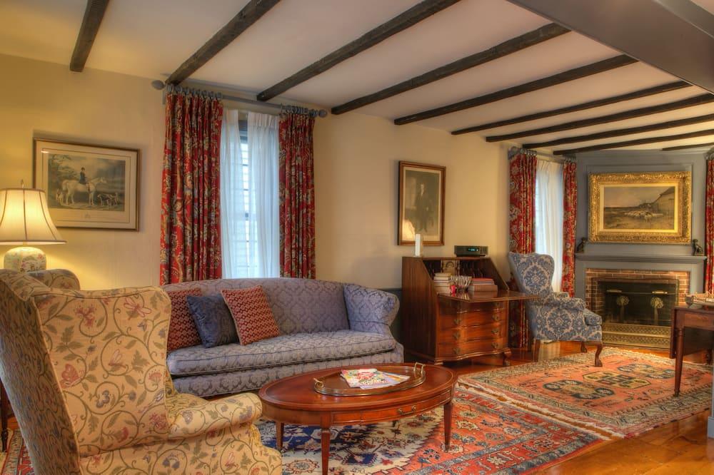 King Benjamin Suite - Living Room