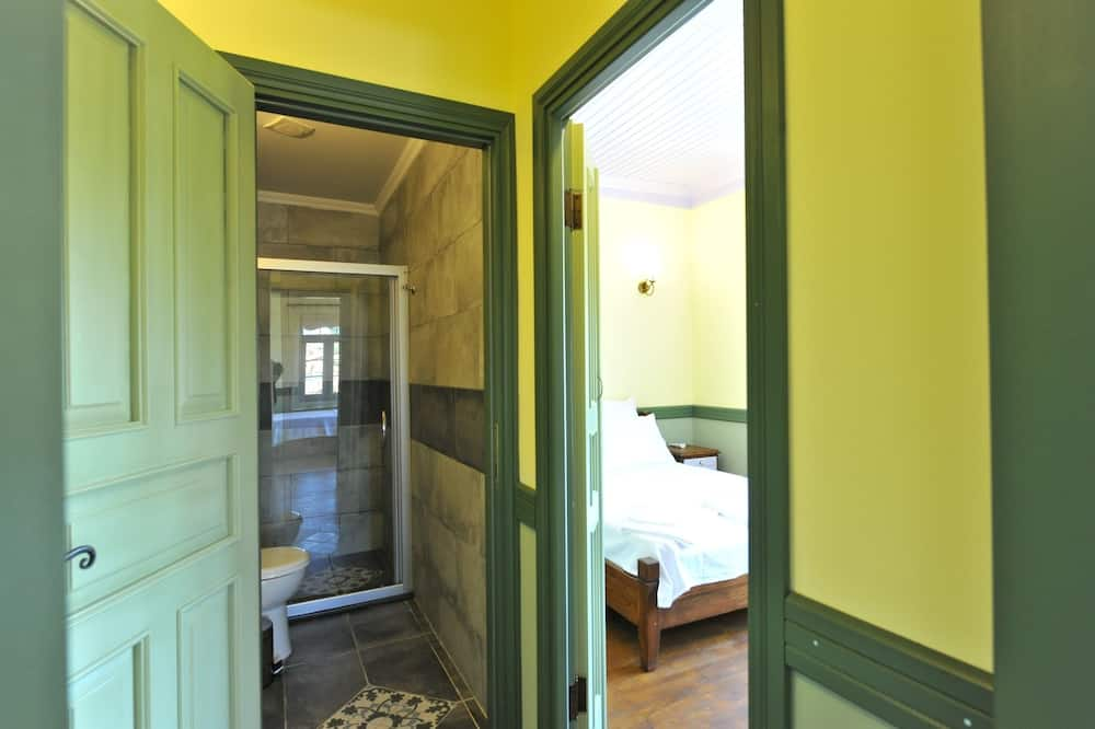 Studio, 1 Double Bed and 1 Single Bed - Bathroom