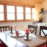 Familienapartment, 1King-Bett und Schlafsofa, allergikerfreundlich, Gartenblick - Essbereich im Zimmer