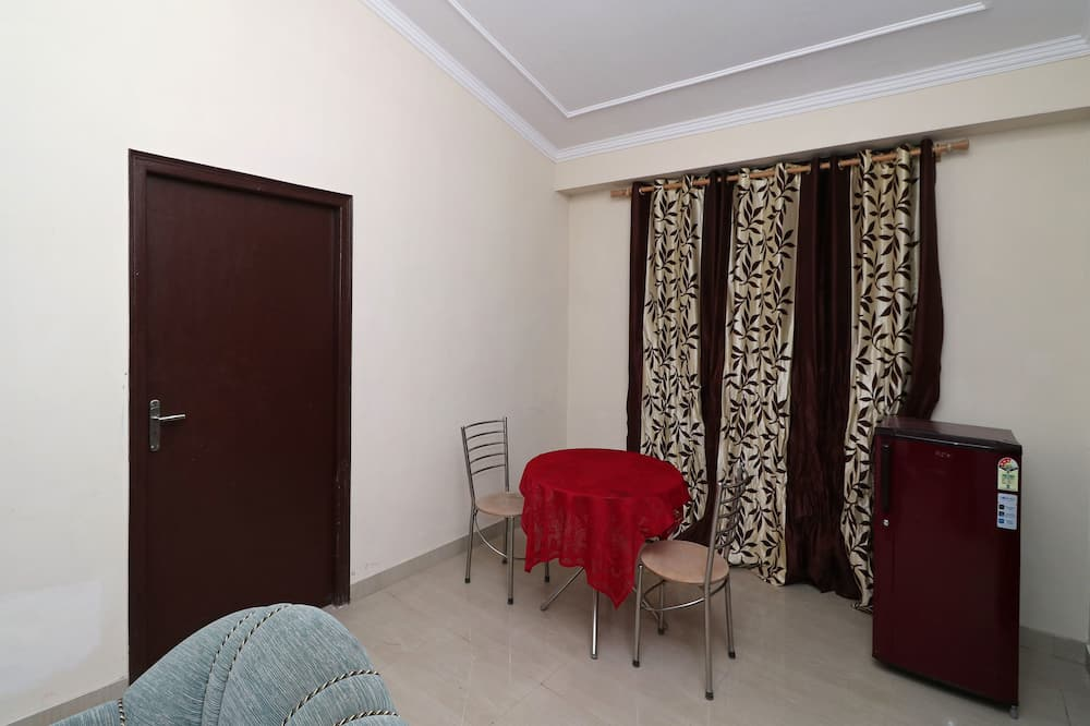 Kambarys (1 dvigulė / 2 viengulės lovos) - Svetainė