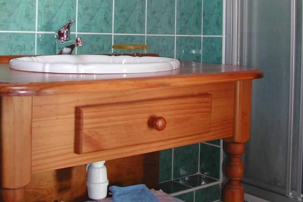 Szoba kétszemélyes ággyal - Mosdó a fürdőszobában
