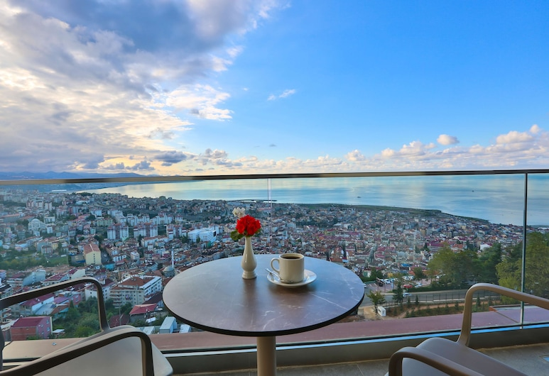 Radisson Blu Hotel Trabzon, טראבזון, סוויטה פנורמית, מרפסת, חדר אורחים