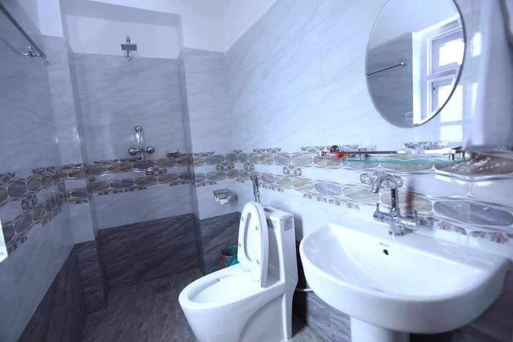 Classic Triple Room, Smoking, Hill View - Bathroom