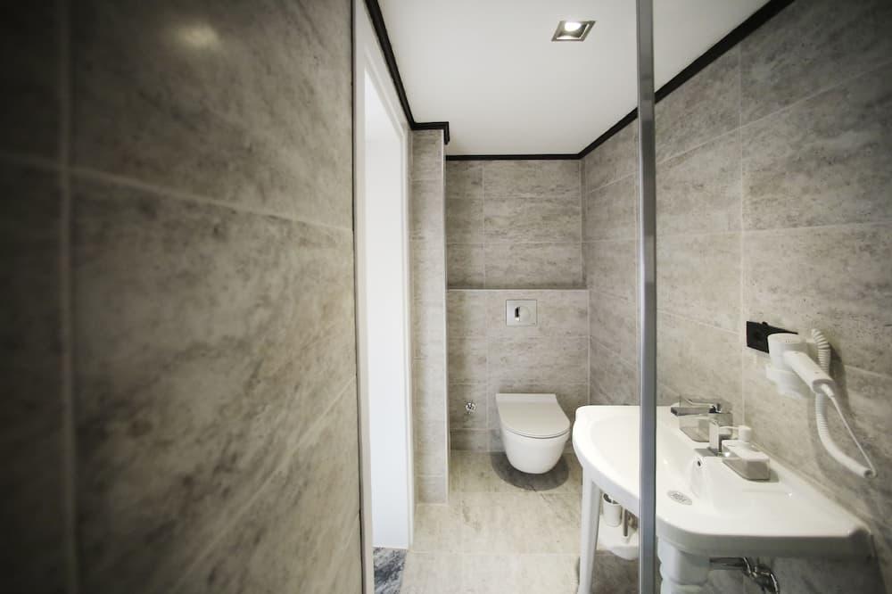 Семейные апартаменты, 1 двуспальная кровать, для некурящих - Ванная комната