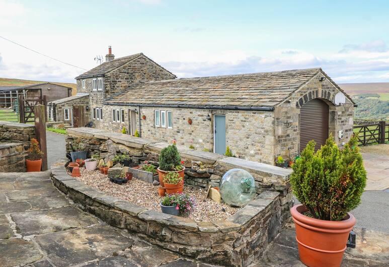 Foxstone Edge Cottage, Huddersfield, Cottage, Property Grounds
