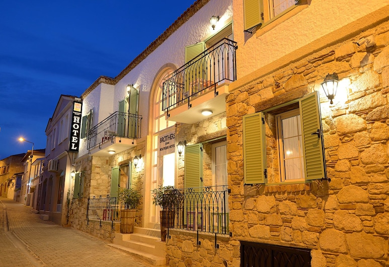 Brothers Cesme Boutique Hotel, Çeşme, Otelin Önü - Akşam/Gece
