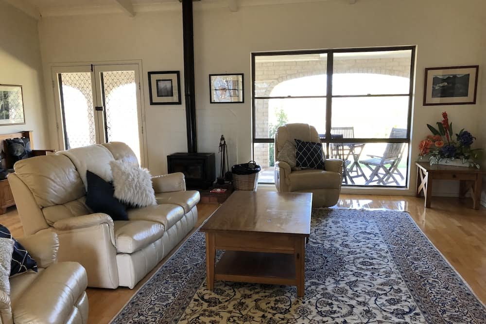 House, 3 Bedrooms, 2 Bathrooms (The Homestead) - Living Room