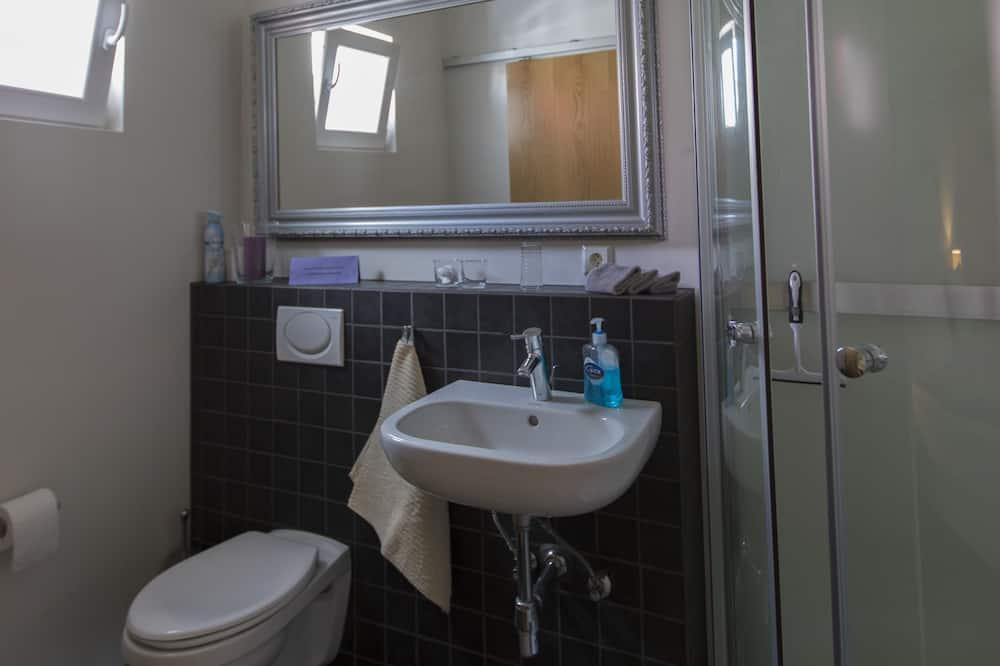 Studio, 1 Queen Bed with Sofa bed, Private Bathroom - Bathroom