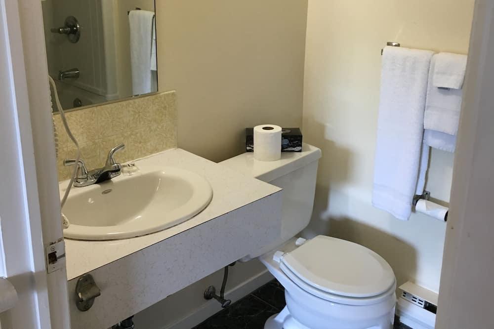 Room, 1 Queen Bed, Refrigerator & Microwave - Bathroom