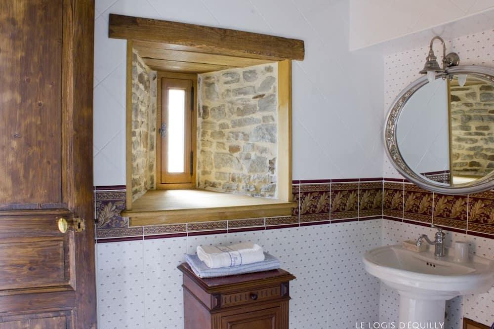 Twin Room (L'amiral) - Bathroom