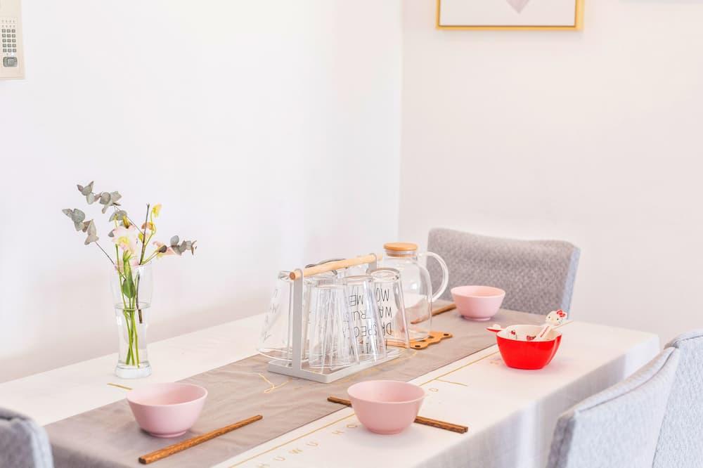Design Apartment - In-Room Dining