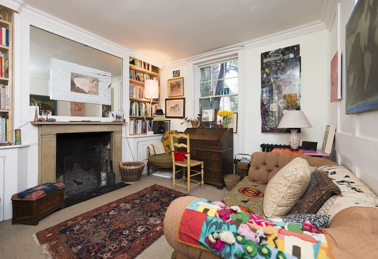 Arty 2BR Home with Orchard Garden, Londra