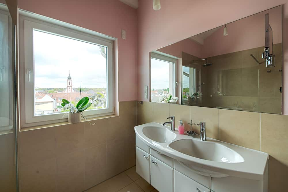 Double Room (Stadtzimmer) - Bathroom