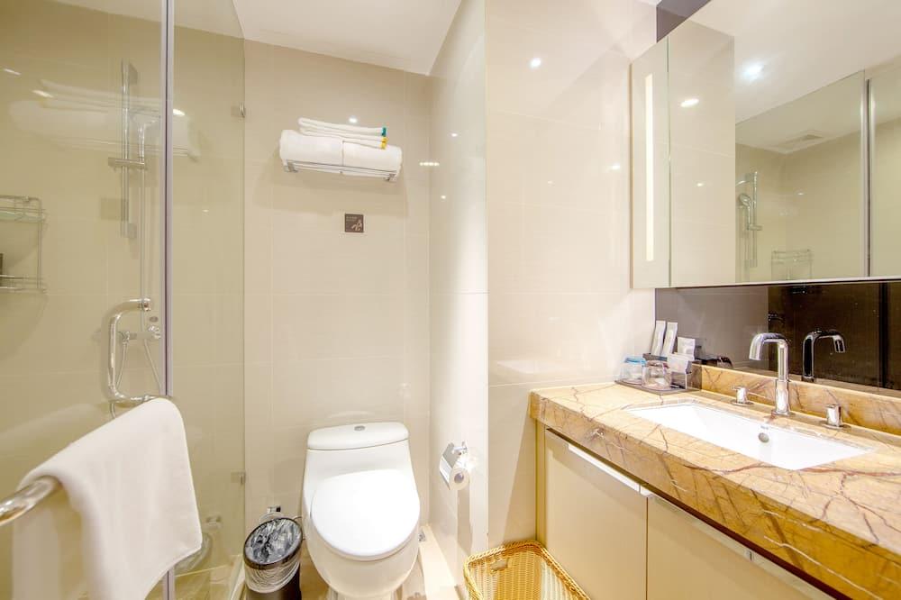 Deluxe Queen Room - Bathroom Shower