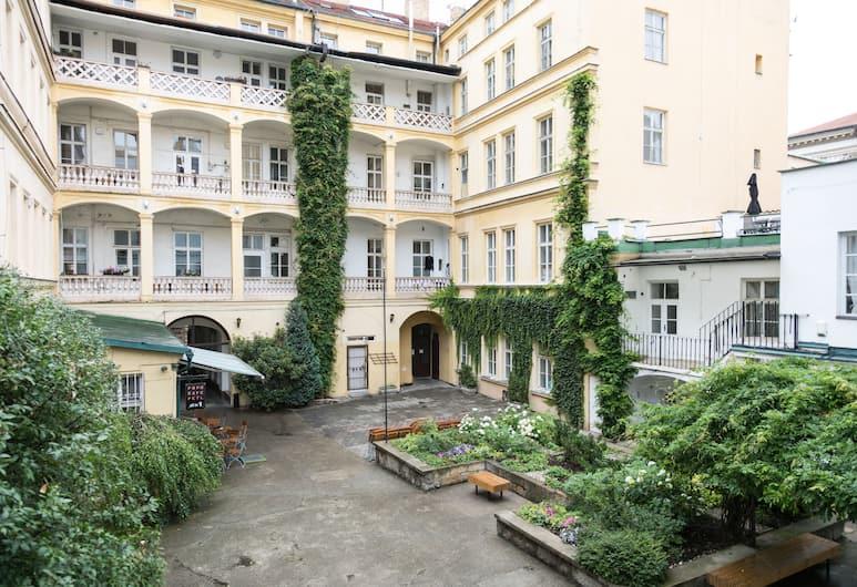 Welcome Charles Bridge Apartments, Praga, Cortile