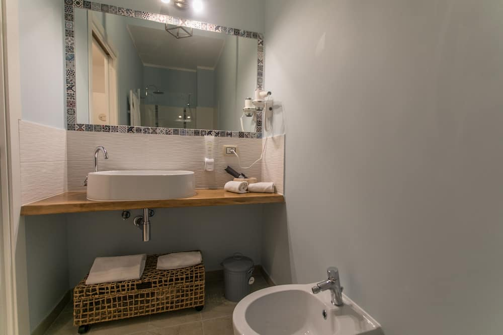 Номер, 1 двуспальная кровать «Квин-сайз», для некурящих - Ванная комната