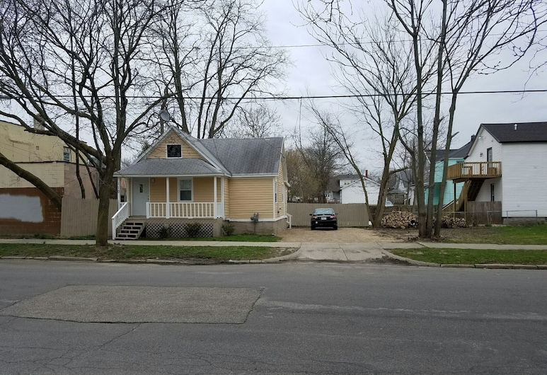 Cottage Bungalow in Downtown Grand Rapids, MI, Гранд-Репідс