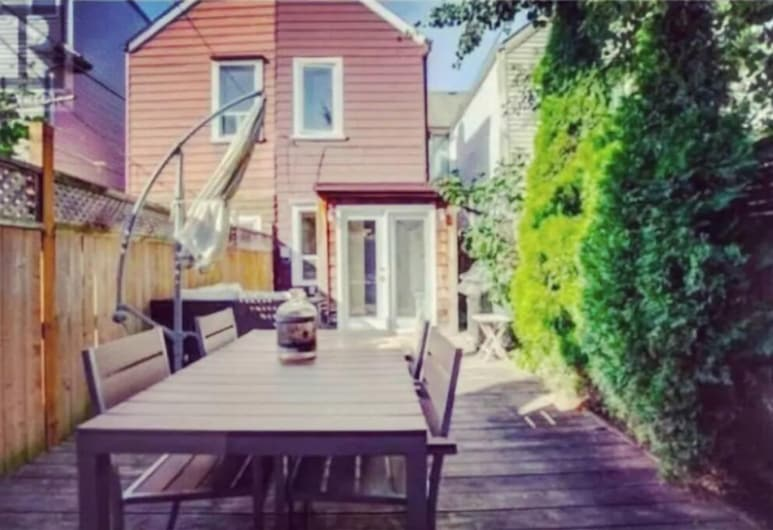 3 Bedrooms Suite near Kensington Market – Unit 2, Toronto