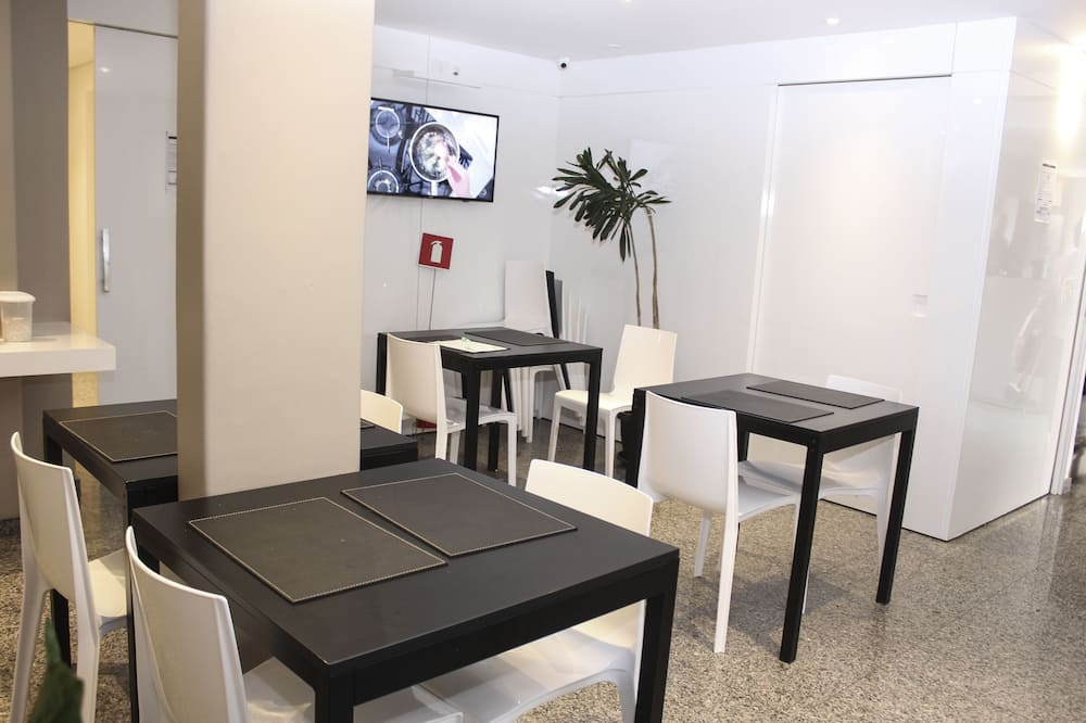 Deluxe Twin Room, Non Smoking - In-Room Dining