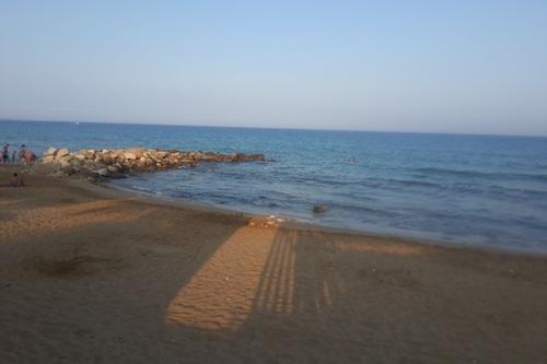 石が海から投げる/