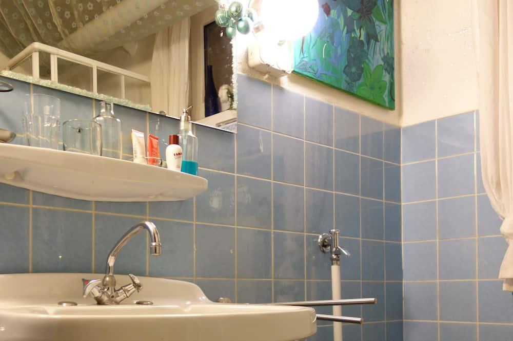 Single Room, Shared Bathroom (Skandinavisches Zimmer) - Bathroom