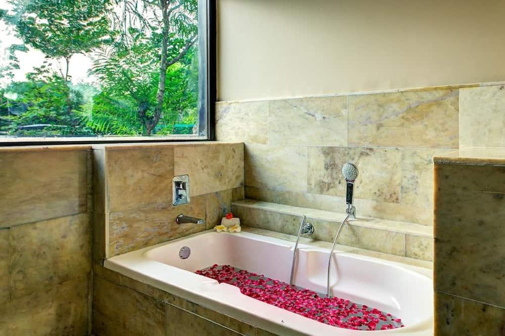 Luxe kamer, uitzicht op zwembad - Badkamer