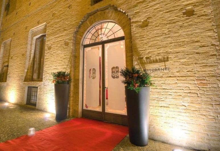 Palazzo Carradori, Монтефано, Вход в отель
