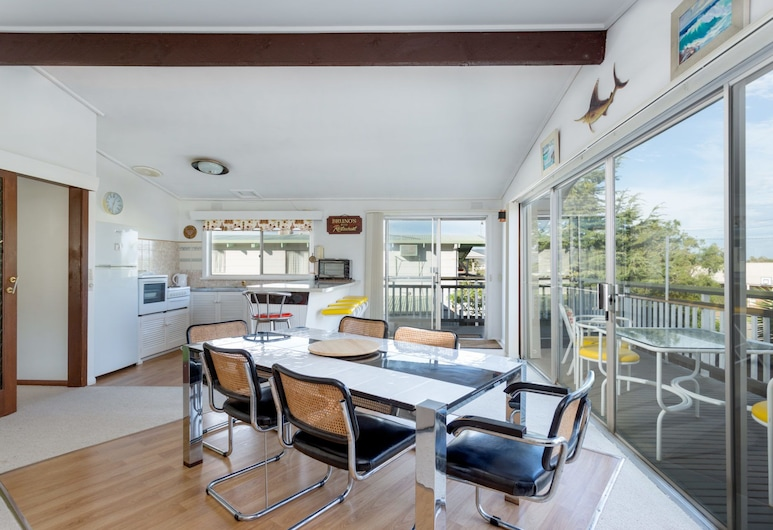 Pebble Way Beach House, Safety Beach, Classic Retro-Styled Holiday Home, close to the Beach, Living Area