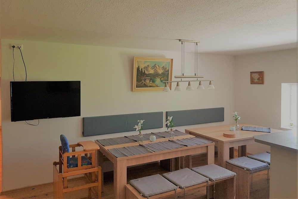 شقة مريحة - بشرفة - تناول الطعام داخل الغرفة